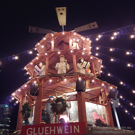 Vancouver Christmas market, Pyramid, wooden angels